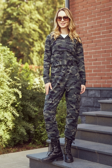 Женский костюм в стиле милитари