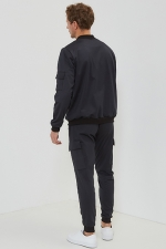 Мужской костюм черный  с бомбером и брюками карго
